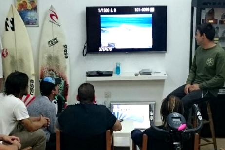 entrenamiento-surf-escuela-de-surf-essus-zarautz-viendo-video